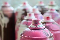 很多肮脏和使用的湿剂罐头明亮的桃红色油漆 与浅景深的宏观照片 在s的选择聚焦 免版税图库摄影