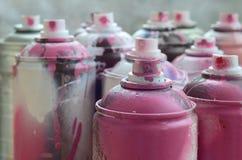 很多肮脏和使用的湿剂罐头明亮的桃红色油漆 与浅景深的宏观照片 在s的选择聚焦 免版税库存照片