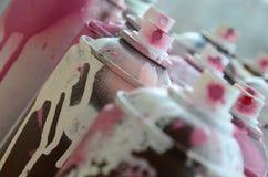 很多肮脏和使用的湿剂罐头明亮的桃红色油漆 与浅景深的宏观照片 在s的选择聚焦 库存照片