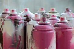 很多肮脏和使用的湿剂罐头明亮的桃红色油漆 与浅景深的宏观照片 在s的选择聚焦 库存图片
