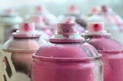 很多肮脏和使用的湿剂罐头明亮的桃红色油漆 与浅景深的宏观照片 在s的选择聚焦 图库摄影