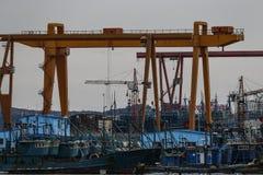 很多船在繁忙的口岸靠码头 免版税库存照片