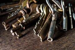 很多葡萄酒钥匙 库存图片