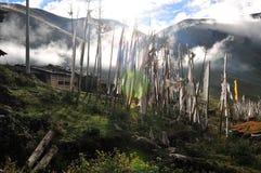 很多西藏人祷告下垂与坛场的飞行在山坡 免版税库存照片