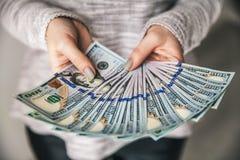 很多金钱在女性手上 事务 美元和繁荣 库存图片