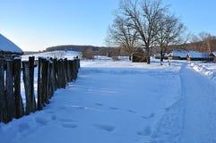 很多雪,村庄房子的看法 免版税库存图片