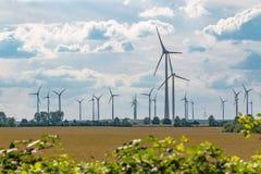 很多风车导致清洁能源 免版税库存图片