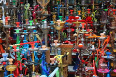 从很多水烟筒的背景在中东市场 图库摄影