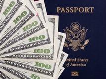现金&美国护照 库存图片
