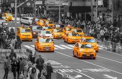 很多黄色出租汽车在曼哈顿 库存图片