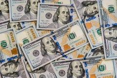很大数量新的一百美元瓦解了一百张美元票据 对背景和拷贝空间 免版税图库摄影