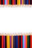 很大数量色的铅笔垂直的框架在白色bac的 免版税库存图片