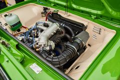 很好一辆老俄国汽车的被维护的引擎 免版税图库摄影
