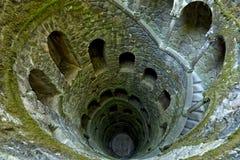 很好启蒙金塔da Regaleira在辛特拉,葡萄牙 它是带领平直的下来地下和的一个27米楼梯 库存图片