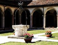 很好在一间修道院里面在古老方济会女修道院在Ital 免版税库存照片
