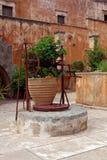 很好在Agia Triada Monastey的庭院里在克利特 免版税库存图片