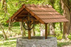 很好大石头与在森林中间的一个屋顶 库存图片