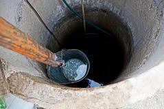 很好电烙桶用水在回合的深度 库存照片