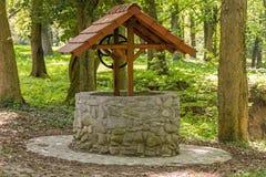 很好石头与在森林中间的一个屋顶 免版税图库摄影