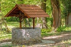 很好石头与在森林中间的一个屋顶 库存图片