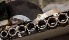 很好被硬化的葡萄酒古色古香的汽车金工车间使用了钢浅冲击插口集合 库存照片