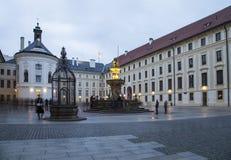 很好,喷泉和财宝的看法在第二个庭院布拉格城堡的在晚上,布拉格,捷克 图库摄影