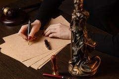 律师与合同纸和木惊堂木一起使用在tabel在法庭 法官和法律,律师,法院法官, 免版税库存照片