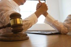 律师争论,相冲突与客户 不合理的协议 免版税图库摄影