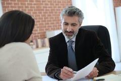 律师会议客户在办公室 免版税库存图片