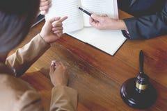 律师在办公室 建议和提关于法律立法的建议在法庭帮助顾客、法庭和正义概念 库存图片