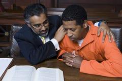 律师拥抱的罪犯 库存图片