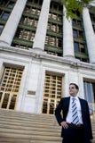 律师法院大楼前面年轻人 库存图片