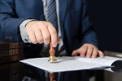 律师盖印合同,公证人,商人协议 库存照片