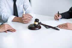律师签署的离婚判决准备的协议婚姻、丈夫和妻子的溶解或取消在离婚期间 免版税库存照片