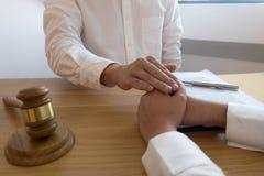 律师要信任合作的接触和尊敬客户 信任诺言概念 免版税库存照片