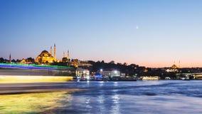 徒升伊斯坦布尔都市风景timelapse视图与Suleymaniye清真寺的有游人的在晚上运输漂浮在Bosphorus 影视素材