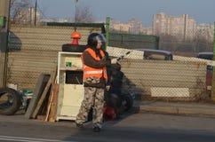 暴徒带在被即兴创作的检查站检查和掠夺运输的 基辅 库存图片