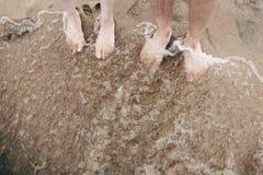 徒步对在大浪的沙滩 免版税库存图片