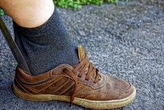 徒步投入鞋类与铁刀片 库存照片