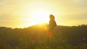 徒步旅行者旅游妇女剪影有迁徙在山的背包的在日落 徒步旅行者女孩,女性旅客妇女 股票录像