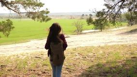 徒步旅行者有背包的女孩旅客 妇女举她的手  庆祝胜利和成功在旅行 ?? 影视素材