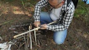 徒步旅行者木裂片为火做准备 影视素材