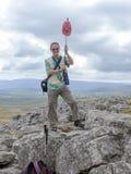 徒步旅行者的攀登的成功 免版税库存图片