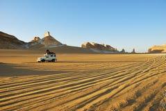 徒步旅行队在撒哈拉大沙漠,埃及 免版税图库摄影