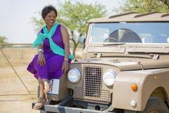 徒步旅行队在有葡萄酒的陆虎非洲 免版税图库摄影