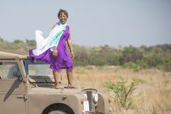 徒步旅行队在有葡萄酒的陆虎非洲 免版税库存图片