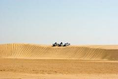 徒步旅行队在沙漠 免版税库存照片