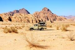 徒步旅行队在瓦地伦沙漠,约旦 库存图片