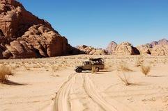 徒步旅行队在瓦地伦沙漠,约旦 免版税图库摄影