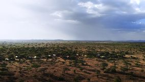 徒步旅行队旅途通过非洲大草原 传统非洲农村部落村庄空中射击  在南的旱季 影视素材